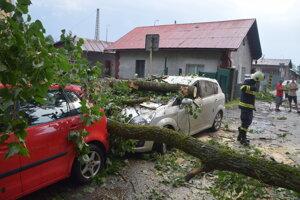 Zvalená časť stromu zničila dve autá na Železničnej ulici vo Vrútkach.