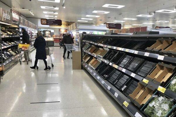 Prázdne regále v supermarkete siete Sainsbury's v Belfaste.