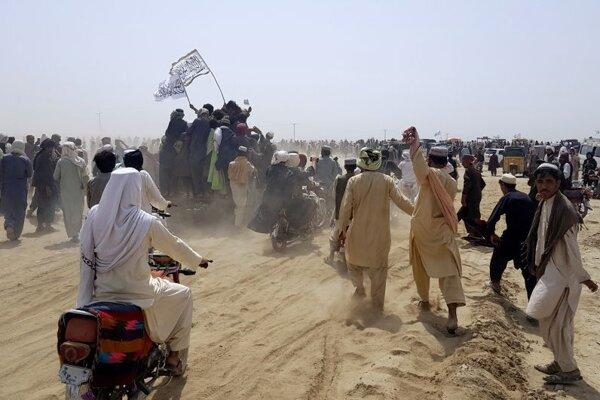 Talibovia s bielou vlajkou po obsadení afganskej strany kľúčového hraničného priechodu Čaman-Spin Boldak medzi juhoafganskou provinciou Kandahár a pakistanským Balúčistanom.