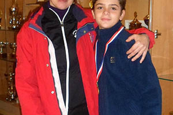 Simon Fukas s medailou a trénerkou Reitmayerovou.