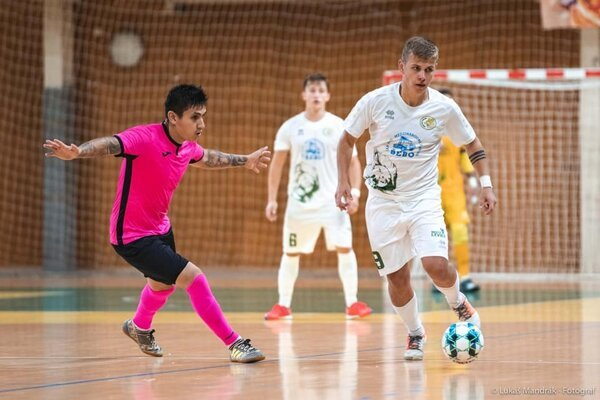 Pri lopte Szabolcs Jakubík počas futsalového zápasu.