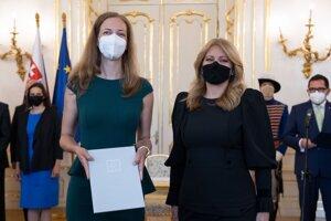 Sudkyňa Kristína Babjaková a prezidentka Zuzana Čaputová počas vymenovania nových sudcov Najvyššieho správneho súdu.