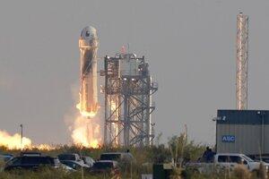 Štart znovupoužiteľnej suborbitálnej rakety New Shepard, ktorú vyvinula spoločnosť Blue Origin miliardára Jeffa Bezosa.
