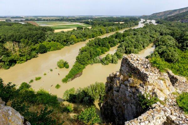 Pohľad na sútok riek Dunaj a Morava z hradu Devín v Bratislave.