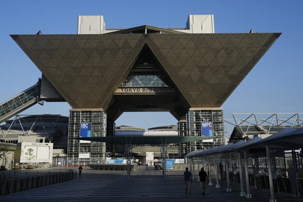 ľudia kráčajú okolo Tokijského medzinárodného výstavného centra, v ktorom sídli medzinárodné vysielacie centrum a hlavné tlačové stredisko počas letných olympijských hier v japonskej metropole.