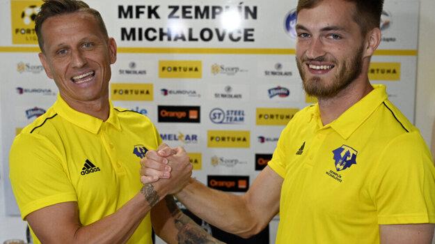Na snímke zľava kapitán MFK Zemplín Michalovce Igor Žofčák a nová posila MFK Zemplín Juraj Kotula.