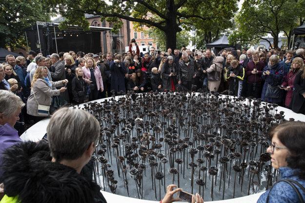 Železnými ružami si Breivikove obete pripomínajú pri kostole na okraji Osla.