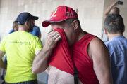 Protestujúci po zasiahnutí slzotvorným plynom počas demonštrácie proti vládnym opatreniam.