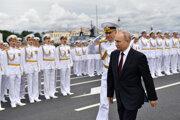 Na prehliadke, ktorá sa konala v ústí rieky Neva, sa zúčastnilo 4000 námorníkov.