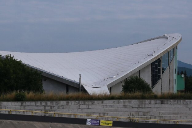 Veľká časť pôvodnej bleskozvodovej siete na streche chýba.
