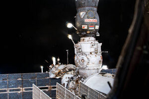 Kozmická loď Progress (tmavá časť v hornej časti záberu) je pripojená k modulu Pirs od februára. Spoločne zhoria v atmosfére.