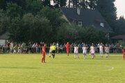 Futbalisti Višňového (v červenom) nestačili doma na Makov a prehrali 0:3.