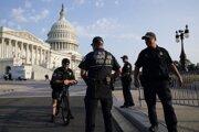 Príslušníci polície pred Kapitolom vo Washingtone.