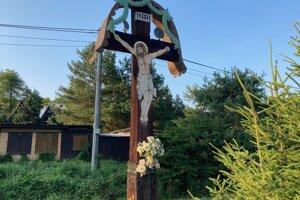 Posledný zachovaný kríž po starej obci Valkov. Musíte zísť z cesty, ak ho chcete vidieť spredu.