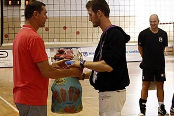 Cenu pre najlepšieho hráča turnaja dostal domáci Miroslav Krajčík.