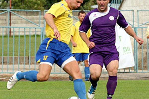 Skóre zápas Komárno - Palárikovo otváral Gabriel Mlynár (vo fialovom).