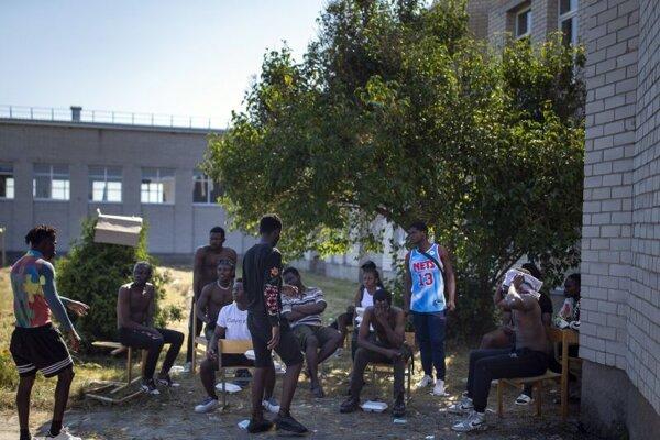 Migranti z Kamerunu v zadržiavacom tábore pri hraničnej litovskej obci Vydeniai,
