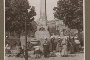 Trhovníčky pred fontánou kráľovnej Karolíny Augusty, ktorá tu bola postavená v roku 1828 na pamiatku jej korunovácie.