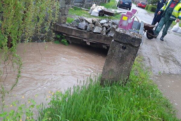 V Dolnom Kalníku povodne zničili most, teraz ho renovujú.