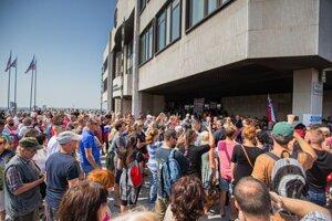 Protest proti opatreniam pred parlamentom. 23. júla.