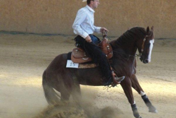 Aj takto vyzerá reining. Kôň brzdí zadnými nohami až tak, že sa takmer dostane do sedu.