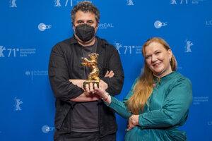 Režisér Radu Jude a producentka Ada Solomon preberajú Zlatého medveďa za film Babardeală cu bucluc sau porno balamuc.