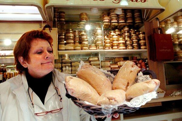 Martine Sanspicheová drží husacie pečene na trhovisku vo francúzskom Toulouse. Metóda používaná pri ich výrobe je veľmi kritizovaná, preto startup Gourmey prichádza s novým riešením.