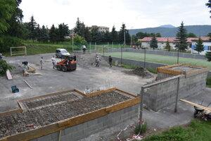Stavba skejtparku vo Veľkom Šariši je v plnom prúde.