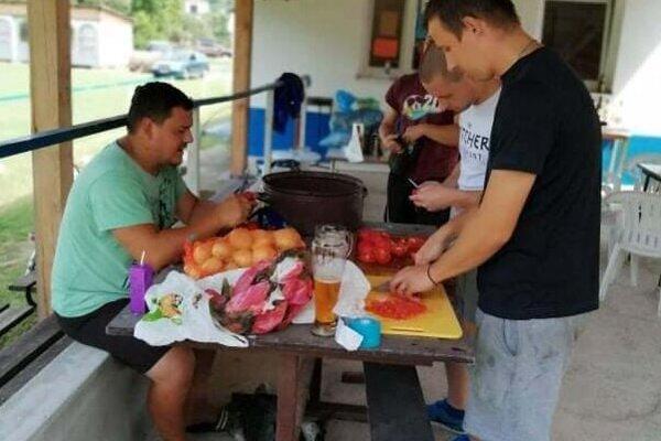Prípravy na varenie gulášu v Zemianskom Podhradí.