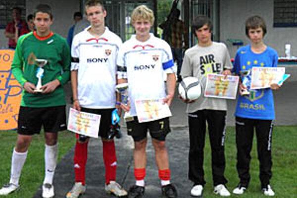 Ocenení jednotlivci - zľava brankár Porubský, hráč Ocelka, kapitán víťazov Gubala, strelec Pirťan a kapitán Topoľčian Kmotorka.