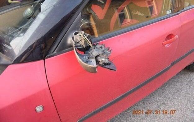 Poškodené auto. Od bicykla.