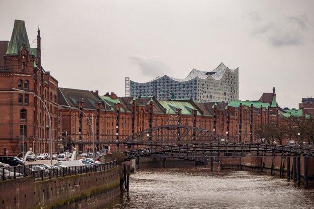 Labská filharmónia je vysoká 110 metrov a vytŕča nad väčšinu budov.