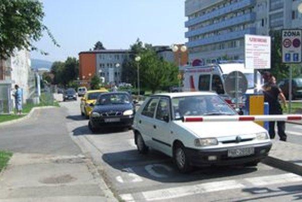 Vodiči, ktorí zabudnú zaplatiť parkovné, nechajú auto pred výjazdovou rampou a idú k automatickej pokladni. Kým sa vrátia, vytvorí sa pred rampou kolóna.