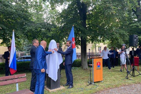 Odhalenie busty Alexandra Dubčeka.