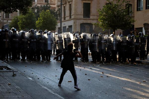 Polícia zasahovala proti demonštrantom.