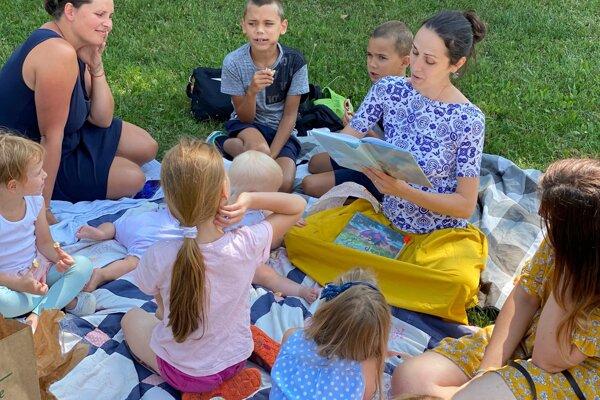 Čítanie na rôzne témy sa deťom veľmi páči, nosia si aj vlastné knihy.