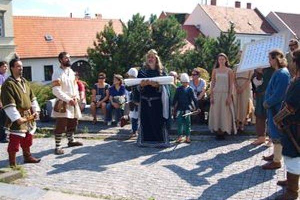 Sprievod sa pohol k Pribinovej soche, kde obe zoborské listiny z rokov 1111 a 1113 predstavili.