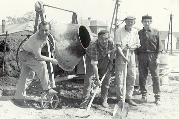 Výstavba Kultúrneho domu – dobrovoľníci z radov obce.