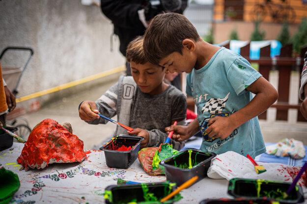 Kreatívny workshop s rómskymi deťmi v Sečovciach.