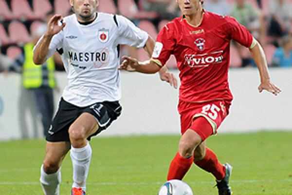 Vpravo nový muž v drese FC ViOn Lukáš Kováč, vľavo Ružomberčan Hoferica.