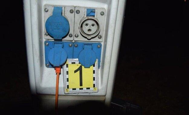 Predlžovací kábel bol pripojený na elektrický rozvádzač.