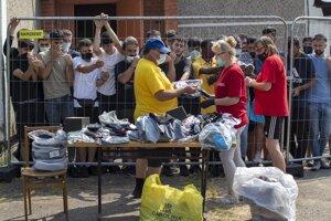 Distribúcia oblečenia v utečeneckom tábore v litovskej dedine Verebiejai 11. júla 2021.