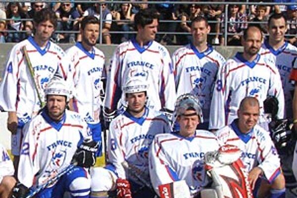 Časť francúzskej reprezentácie v hokejbale. Vpravo stojí Daniel Ševčík, pod ním Peter Slovák, vľavo stojí Peter Himler.