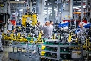 Výroba elektrických vozidiel v montážnej a výrobnej hale v bratislavskom Volkswagene.