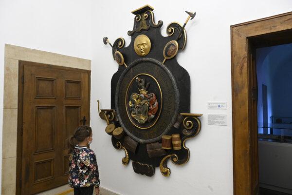 Mladá návštevníčka si prezerá zreštaurované mortuárium (pohrebný štít) Ladislava Révaia, ktoré je vystavené v Kúrii Ambrovec 9. augusta 2021 v Beckove.