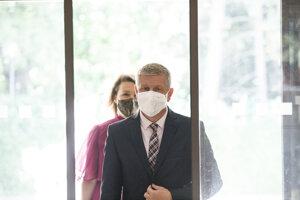 Minister zdravotníctva Vladimír Lengvarský a za ním hovorkyňa rezortu Zuzana Eliášová.