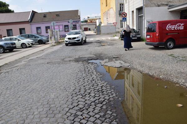 Kasárenská ulica v Leviciach - sú tu ešte zachované dlažobné kocky.