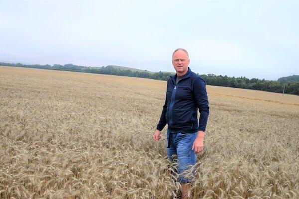 Ivan Bonda, agronóm PD Gader Blatnica, na pšeničnom poli pri Ďanovej.
