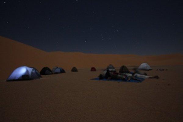 Stanovanie pod nočnou oblohou v čadskej púšti.