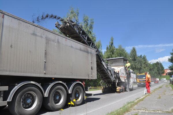 Ilustračné foto. Z vozovky najskôr odstránia starý asfaltový povrch.